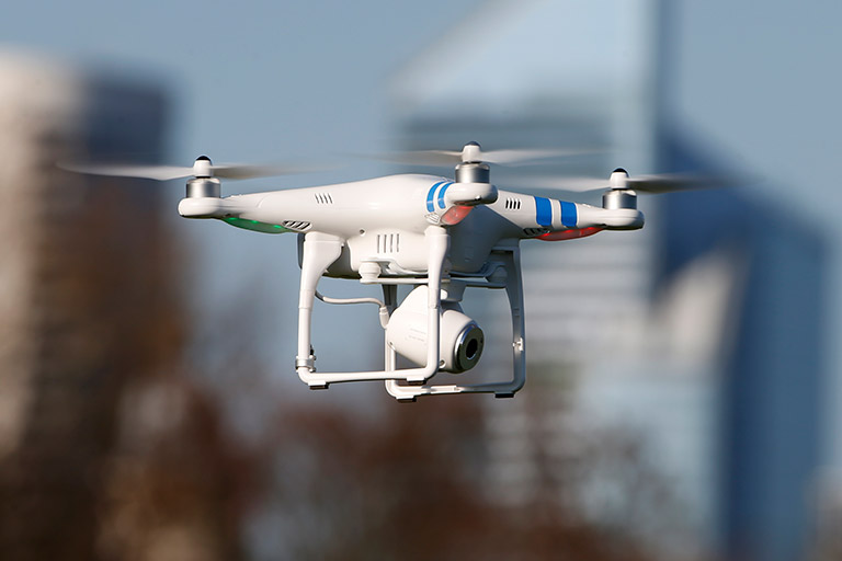 Un drono con macchina fotografica